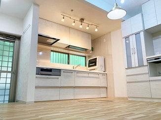 キッチンリフォーム 収納が充実したひろびろ使えるLDKと、自動でお掃除ができる浴室