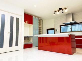 キッチンリフォーム 白を基調とした空間に映える真っ赤なアイランドキッチン